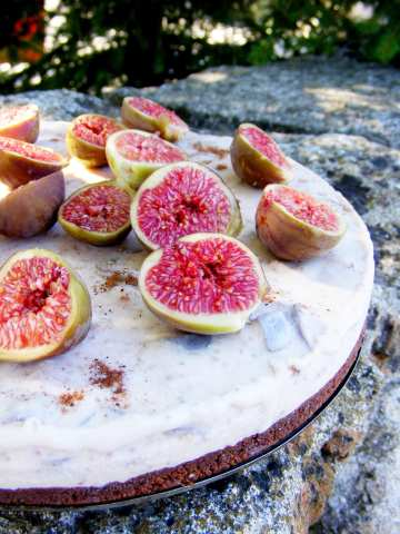 Сладоледен чийзкейк със смокини и канела